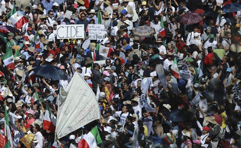 Aspecto de la marcha contra la política antiinmigrante de Donald Trump, realizada en la Ciudad de México, el 12 de febrero de 2017. El Instituto Nacional de Migración estima que más de 12 mil mexicanos fueron repatriados de EU durante el mes de enero de 2017. (AP/Christian Palma)