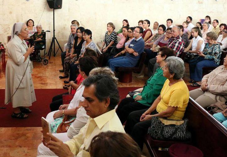 Fieles católicos organizan diversos eventos para la oración por la unidad. Imagen de contexto de una religiosa impartiendo una plática. (Milenio Novedades)