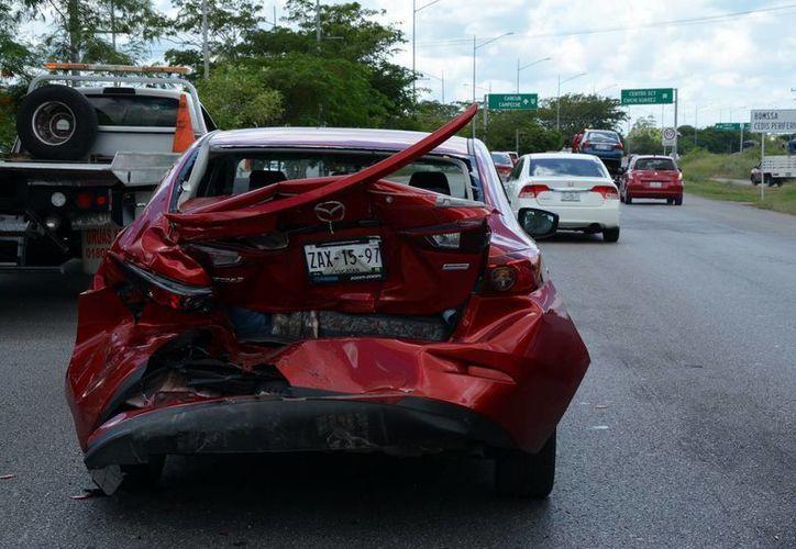 Un camioneta chocó por detrás contra un Mazda y luego fue impactada por un March en el Periférico. Uno de los guiadores huyó. (Fotos: SIPSE)