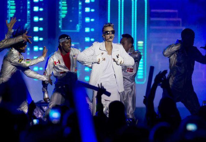 El cantante canadiense Justin Bieber durante un concierto. (EFE)