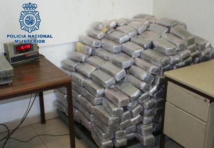 La Policía de España incautó 22 toneladas de hachís en una operación antidrogas en el mar Mediterráneo. En la foto, varios 'paquetes' de la droga que se incautaron hace unos días en un tráiler. (Archivo)