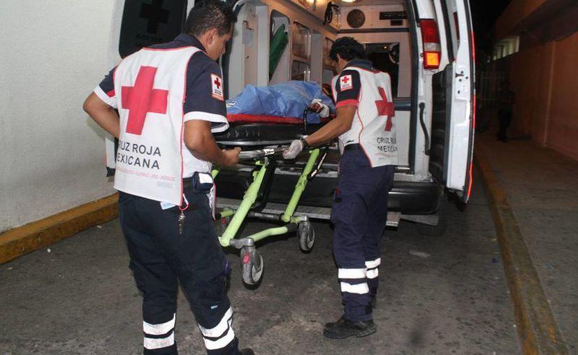Al lugar acudieron paramédicos de la Cruz Roja, quienes procedieron a atenderla. (Redacción/SIPSE)