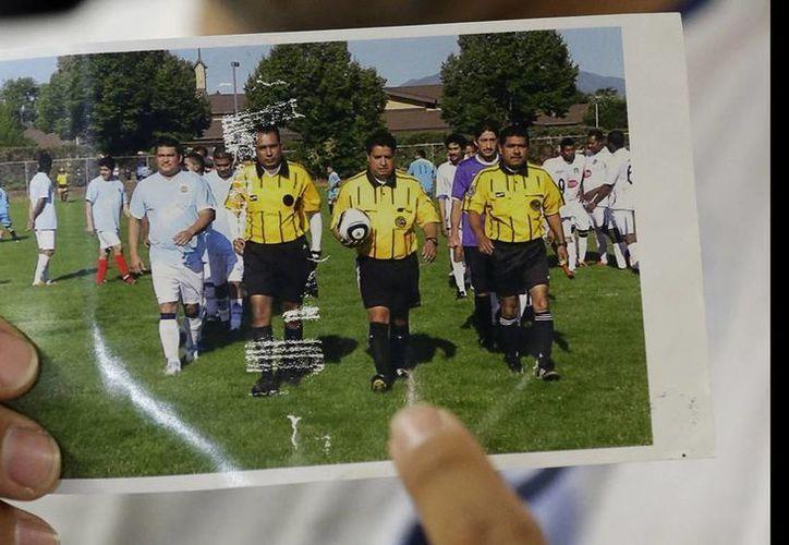 No se proporcionó el nombre del agresor del árbitro Ricardo Portillo (llevando el balón) por ser menor de edad. (Agencias)