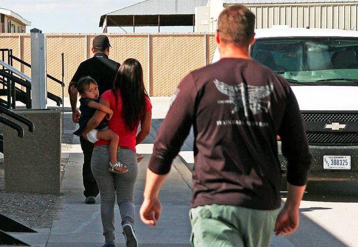 Las autoridades federales de EU no ha revelado cuántos inmigrantes han sido liberados de los centros de detención. (AP)