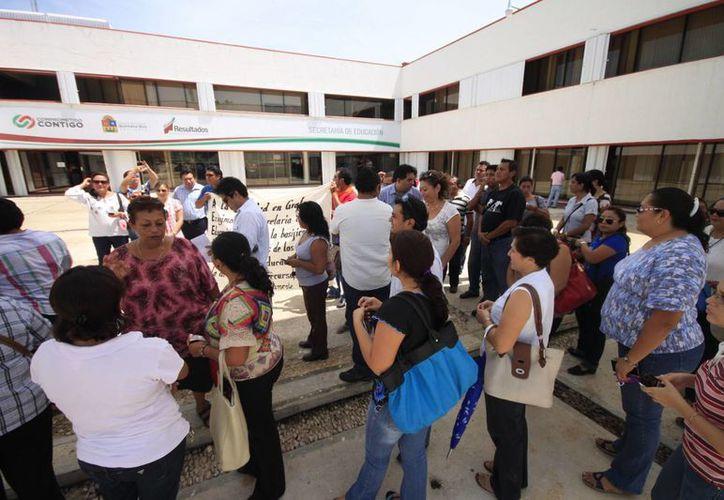 Alrededor de 30 maestros se postraron en la plaza frontal del edificio de la SEQ. (Harold Alcocer/SIPSE)