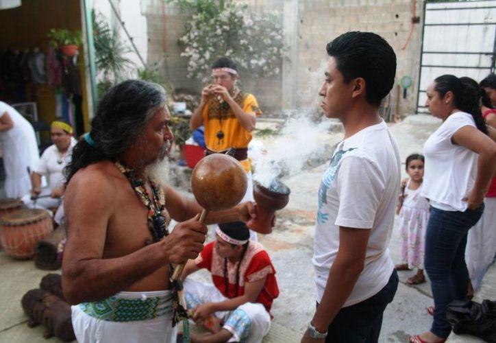 Este domingo se realizó en Playa del Carmen una ceremonia maya para recibir el invierno. (Octavio Martínez/SIPSE)
