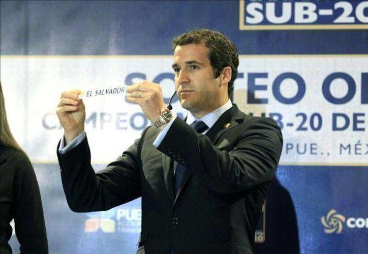 El secretario general de Concacaf, Enrique Sanz, fue suspendido este lunes por FIFA. En la foto, durante un sorteo del premundial sub-20 de la Concacaf, en 2012. (que.es)