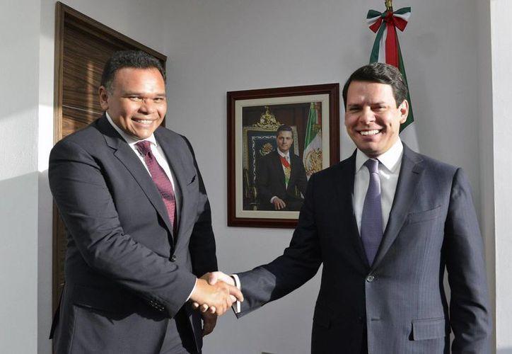 El gobernador de Yucatán, Rolando Zapata, con el director general de la CFE, Jaime Hernández. (Foto cortesía del Gobierno)