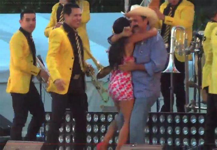 Durante el baile con la banda El Recodo el alcalde le sube la falda a una joven en dos ocasiones dejando ver su ropa interior. (YouTube)