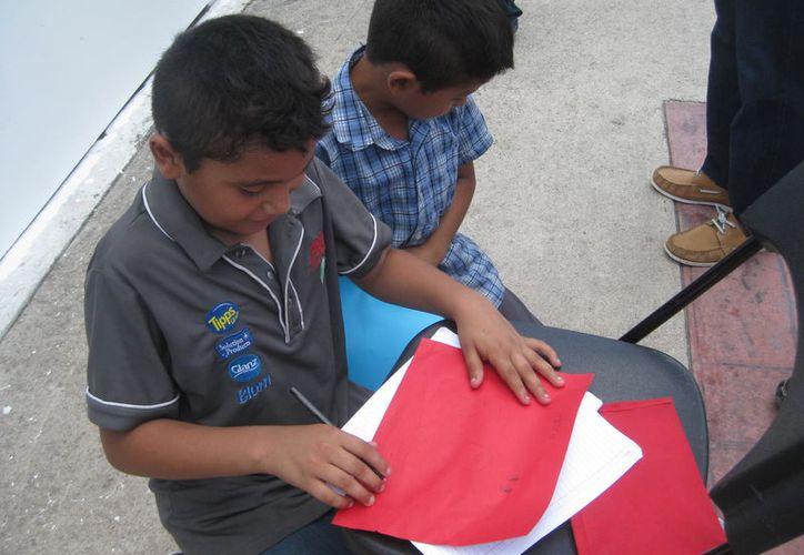 Les enseñarán a los pequeños a trabajar con material reciclado como cajas de zapato, pintura, hojas y plásticos. (Javier Ortiz/SIPSE)