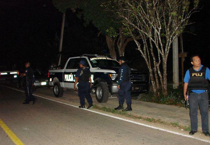 La policía arribó al lugar para enterarse que fueron llevados a Valladolid para recibir atención médica. (Manuel Salazar/SIPSE)