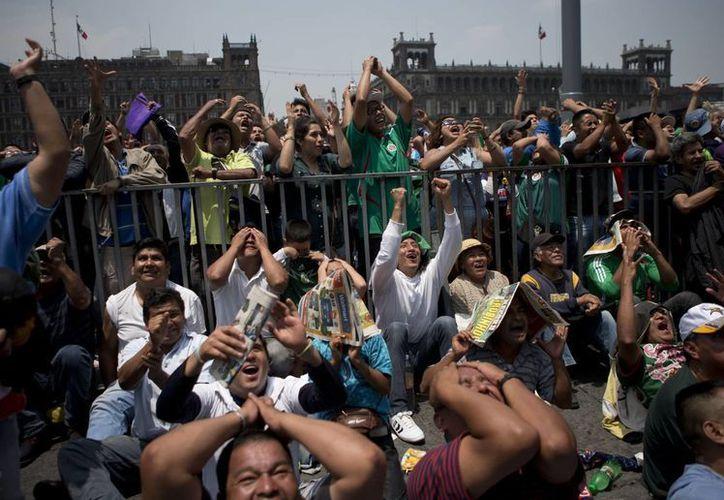 Cientos de aficionados disfrutaron del partido México 1-0 Camerún a través de megapantallas instaladas en la Plaza Mayor. (Foto: AP)
