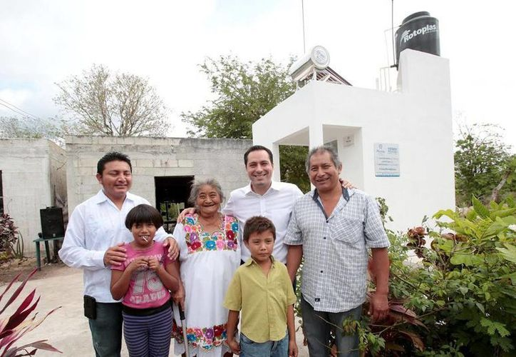 El alcalde Mauricio Vila con algunos de los beneficiados. (Milenio Novedades)