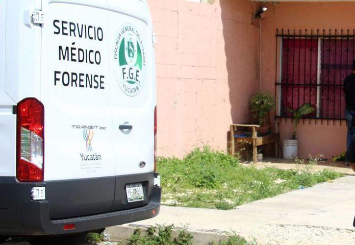 Una de las dos mujeres falleció después de mandar a sus hijos a la escuela. Personal del Semefo acudió para retirar el cuerpo. (Milenio Novedades)