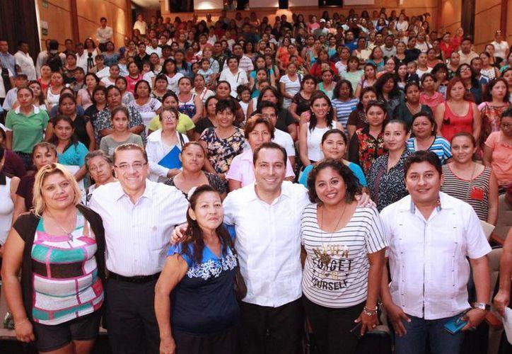 El alcalde de Mérida, Mauricio Vila, estuvo presente en la entrega de becas escolares para estudiantes de nivel básico y de nivel medio superior. (Foto cortesía del Ayuntamiento de Mérida)