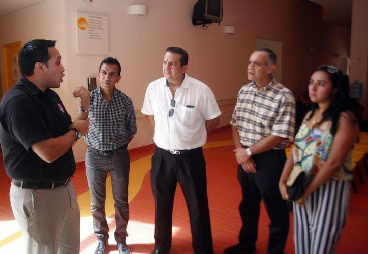La entrega de boletos para la conferencia de Nick Vujicic, estuvo encabezada por representantes del Coliseo Yucatán a la directora del CRIT, Dolores Sánchez. (Milenio Novedades)
