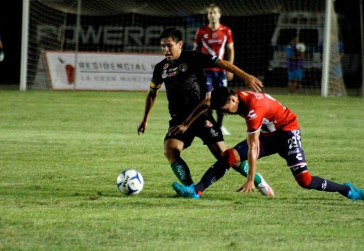 El partido amistoso entre Venados de Yucatán y Tiburones Rojos de Veracruz quedó empatado a 2 goles, este viernes por la noche, en el estadio Carlos Iturralde Rivero. (Jorge Acosta/SIPSE)