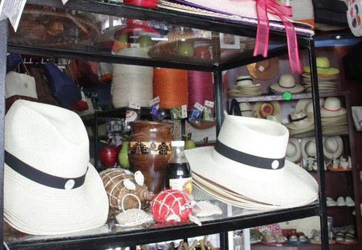 El sombrero tipo Panamá se distribuye en Yucatán y Quintana Roo. Imagen de un comercio de artesanías en la ciudad de Mérida, Yuc. (SIPSE.com)
