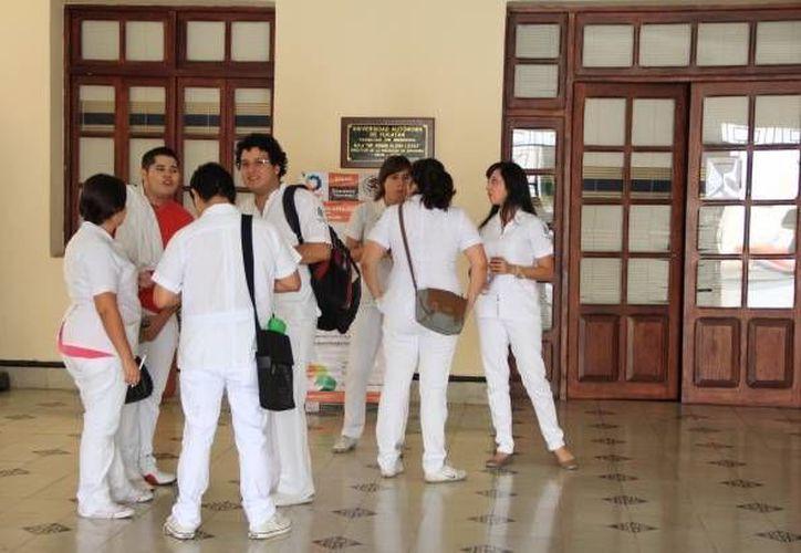 Segun la OCDE, se necesitan al menos 1.78 médicos especialistas por cada mil habitantes. Imagen de alumnos de la Escuela de Medicina de la Uady, en Yucatán, solo para fines ilustrativos. (Archivo/SIPSE)