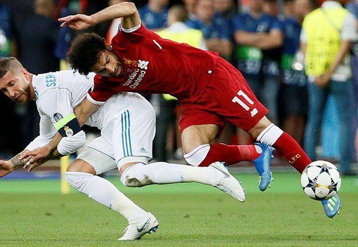 Ramos le cometió una falta a Salah que cayó mal del hombro izquierdo. (LaCuarta.com)