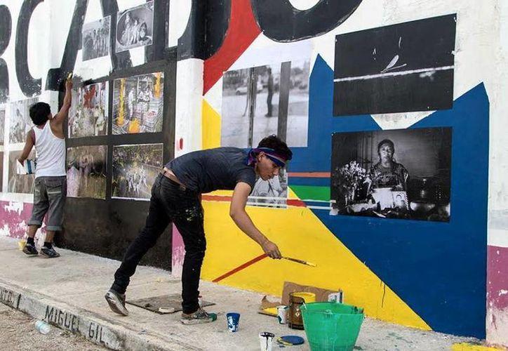 Los jóvenes colocaron sus obras en los muros del mercado San Roque. (Milenio Novedades)