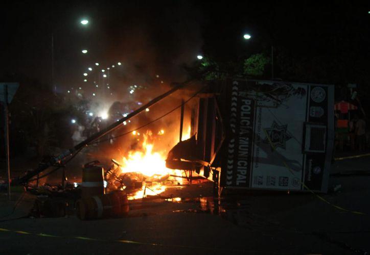 Con los ánimos caldeados, vecinos incendiaron una caseta de la policía. (Redacción/SIPSE)