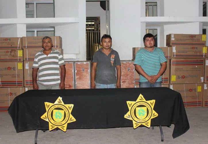 De acuerdo con la SSP, los presuntos delincuentes fueron detenidos en flagrancia cuando ya se habían apoderado de 22 aires acondicionados. (SIPSE)