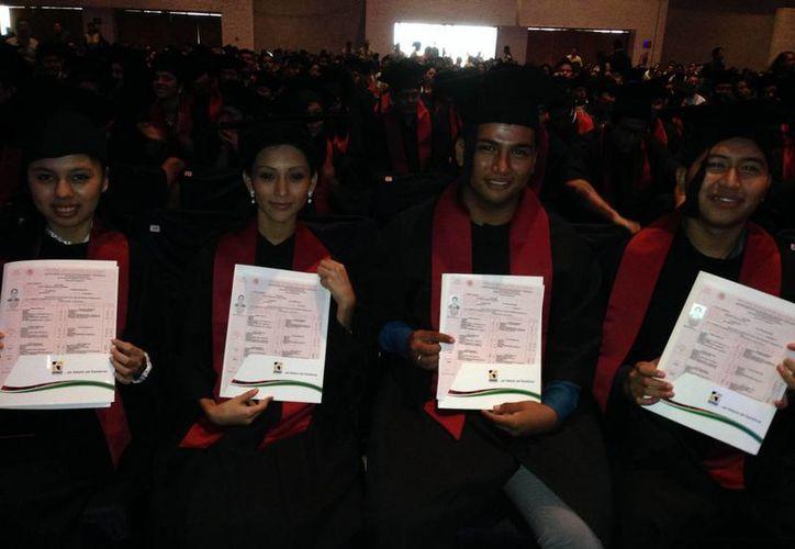 Los estudiantes felices presumieron su certificado. (Joshimar Mendoza/SIPSE)
