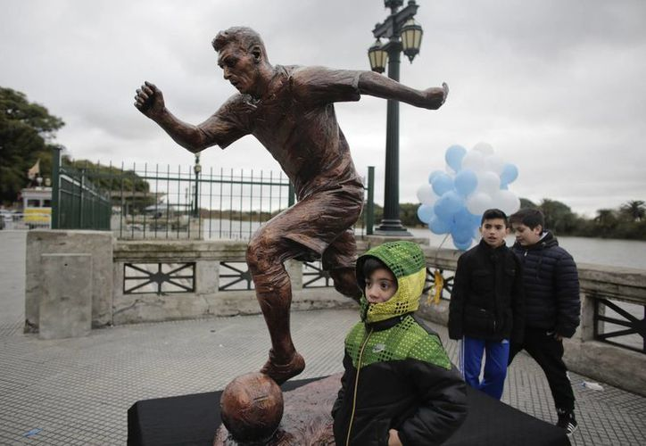 El alcalde Horacio Rodríguez Larreta presentó la estatua del astro argentino en Buenos Aires. (AP Photo/Victor R. Caivano)