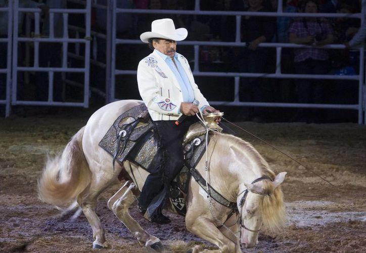 El hijo de Joan Sebastian, José Manuel Figueroa, desmintió que su padre haya sido hospitalizado debido a una caída de caballo. Joan recayó por cáncer. (Notimex/Foto de archivo)