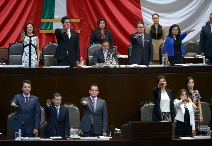 Junto con otros diputados federales, Beatriz Zavala Peniche rinde protesta como parte de la Mesa Directiva de San Lázaro. (SIPSE)