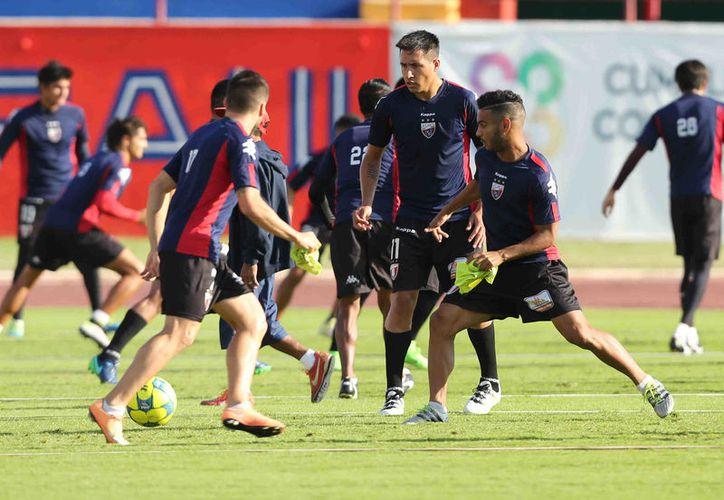 Los jugadores se prepararon para enfrentar a Coras. (Raúl Caballero/SIPSE)