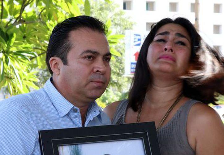 Los padres del niño fallecido. (Milenio Novedades)