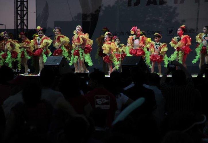 Los menores de edad durante su presentación en el escenario. (Tomás Álvarez/SIPSE)