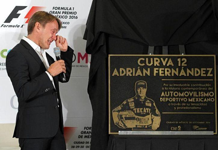 Con una venta de boletos del 90%, el Gran Premio tricolor está listo a 40 días del evento. En la foto, el expiloto Adrián Fernández se conmueve al develar la placa alusiva a la curva que llevará su nombre. (Notimex)