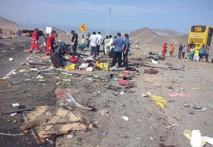 Una toma del sitio donde ocurrió el mortal accidente en el que estuvieron implicados tres autobuses y un camión frigorífico, la madrugada de este lunes. (www.diariocorreo.pe)