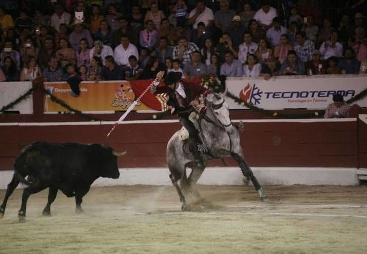 Pablo Hermoso de Mendoza le cumplió al público yucateco al cortar una oreja, en cartel que compartió con 'El Chihuahua y Arturo Saldivar en la Plaza de Toros Mérida. (Amílcar Rodríguez)