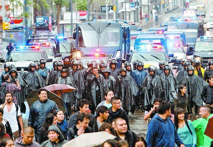 Bajo la lluvia, marcha de los familiares comenzó después de las 5 de tarde. (Milenio)