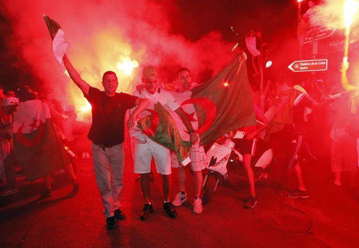 Los festejos de Argelinos en el norte de Francia se desbordaron. (AP)
