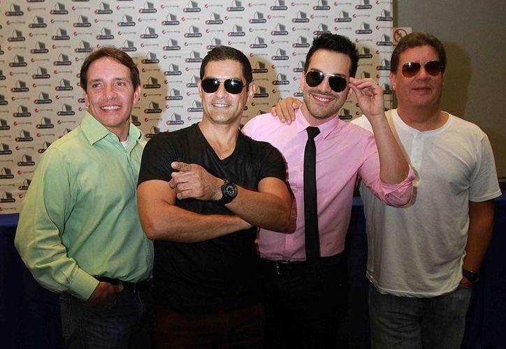 De izquierda a derecha, René Farrait, Charlie Massó, Robert Avellanet y Ray Reyes. Los cuatro, junto con Miguel Cancel, forman la nueva alineación de Menudo que marca su regreso a los escenarios mexicanos con una gira en varios estados del país. (Notimex)