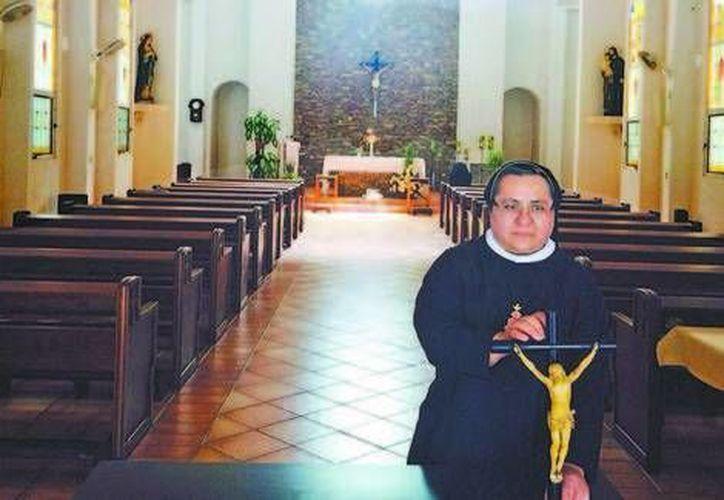 La hermana Rosario, encargada de hacer el rompope, muestra el crucifijo. (Casa de subastas Gimau)
