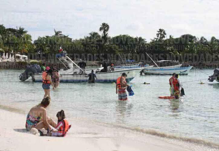 Los turistas utilizan equipo de flotación para el avistamiento de las especies marinas. (Israel Leal/SIPSE)