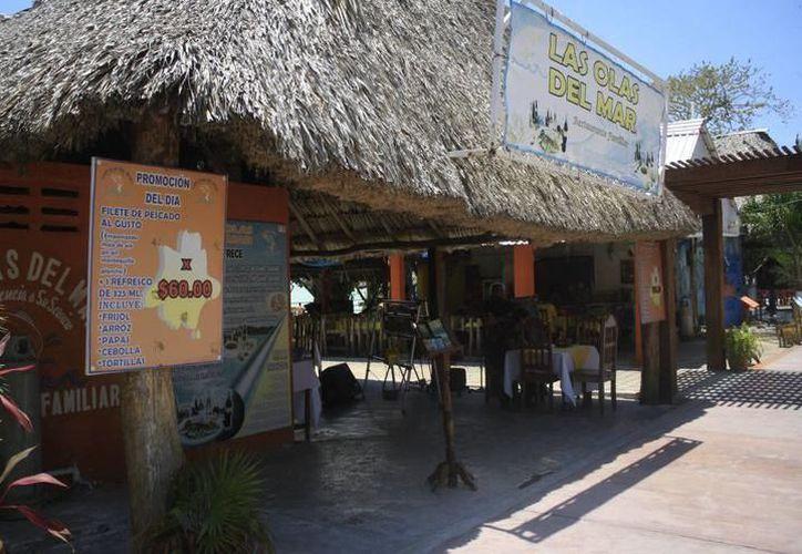 Actualmente operan más de 30 restaurantes en el destino, la mayoría con instalaciones muy deterioradas. (Joel Zamora/SIPSE)