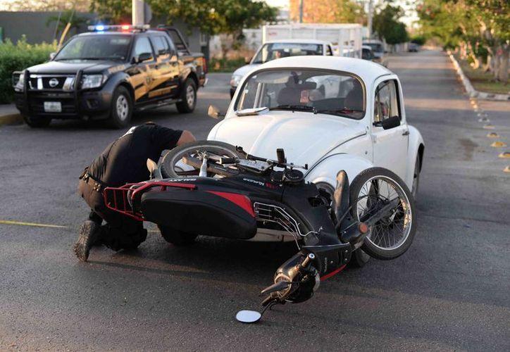 Una motocicleta quedó trabada en la defensa de un Volkswagen luego de que colisionaran en la avenida Fidel Velázquez. (Milenio Novedades)