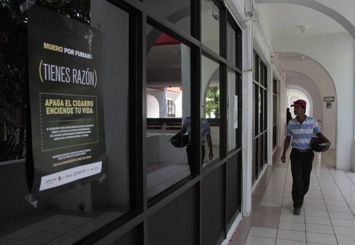 Los pasillos del Ayuntamiento se despedirán del humo. (Tomás Álvarez/SIPSE)