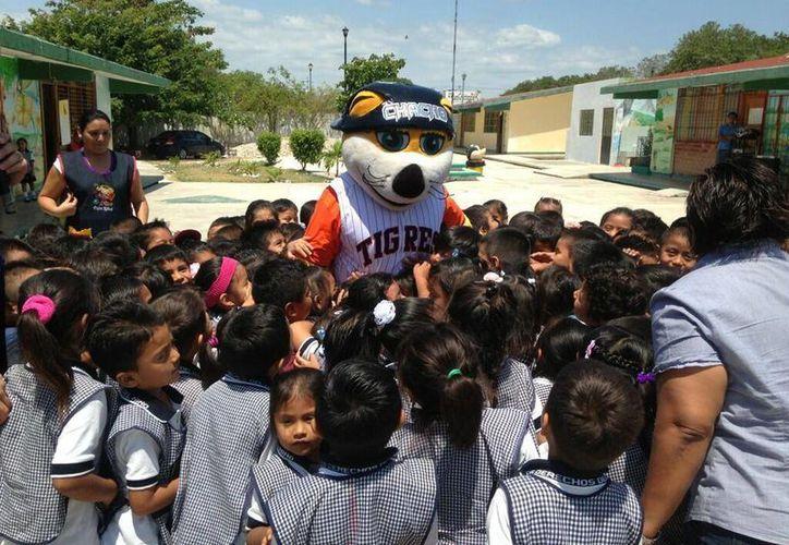 El Tigre Chacho fue ovacionado por los pequeñines. (Redacción/SIPSE)