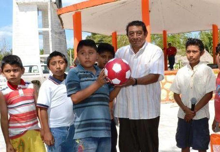 El alcalde, Sebastián Uc Yam, realizó la entrega de material deportivo en beneficio de los más jóvenes. (Redacción/SIPSE)