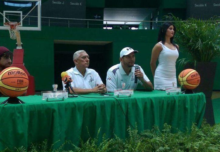 En la presentación del triangular se tuvo la participación de los basquetbolistas Lorenzo Mata Y Julio Cabrera, quienes dieron los detalles de los próximos partidos. (Milenio Novedades)