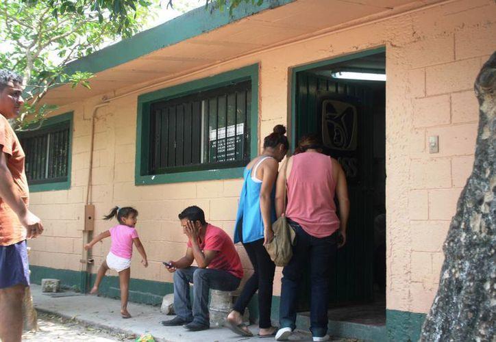 Los derechohabientes de la Unidad Médica Familiar número 12 de Puerto Aventuras deben esperar horas para ser atendidos dentro de un edificio que raya en el abandono.  (Octavio Martínez/SIPSE)