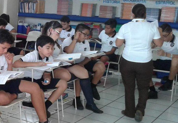 Los estudiantes contestaron 60 preguntas de diferentes materias. (Victoria González/SIPSE)